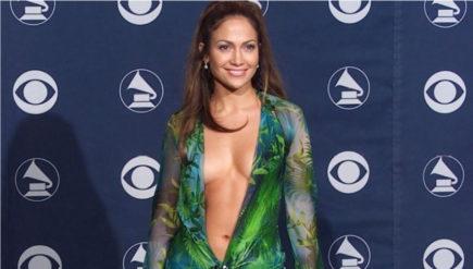 Modelul rochiei faimoase Versace a lui J Lo a fost transpusa intr-o colectie de sneakers