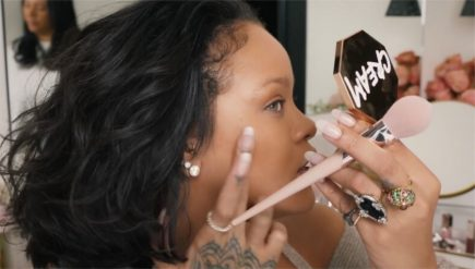 Makeup tutorial: Rihanna ne arata 10 nuante de blush de la Fenty perfecte pentru vara