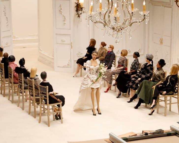 Moschino a trimis marionete pe podium la Milan Fashion Week